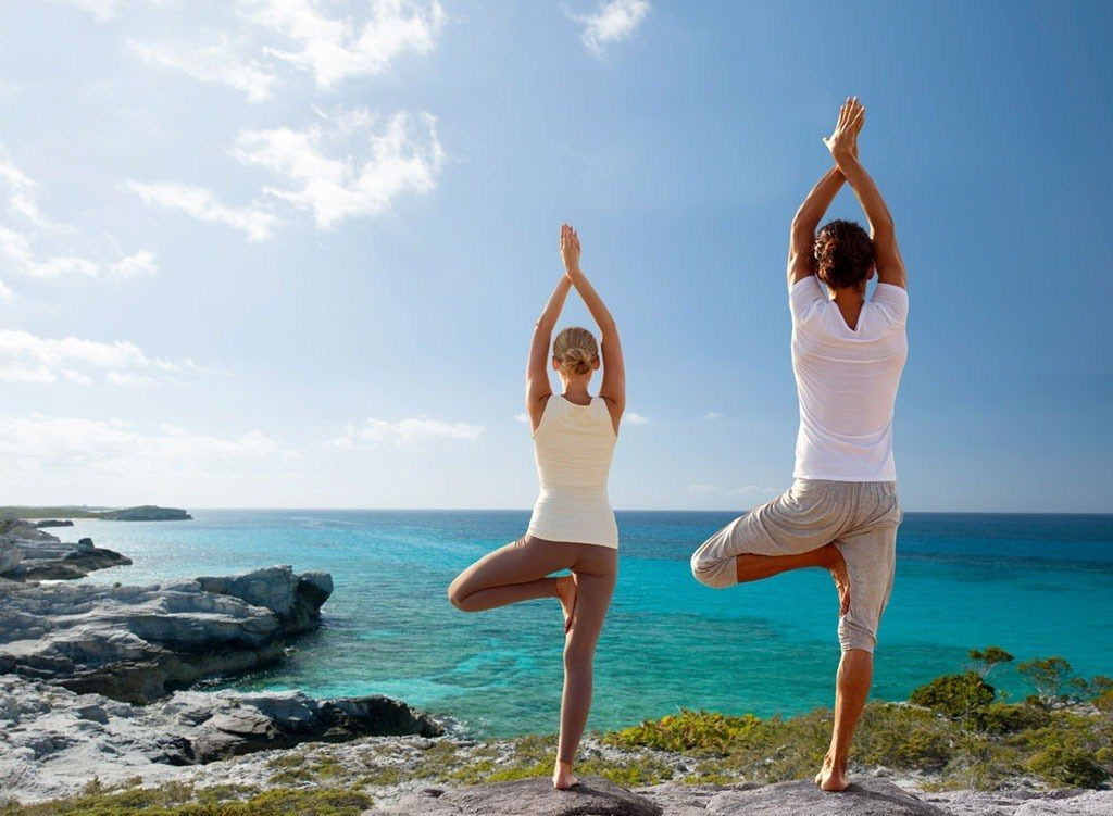 4-mouvements-yoga-meilleure-vie-sexuelle-libido-couple-mer-sante-intime